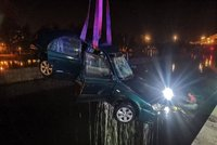 Auto sjelo do Vltavy v centru Prahy! Řidič zůstal sedět uvnitř, vylovili ho potápěči