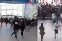 Češi vzali znovuotevřené obchody útokem: Šokující videa ukazují davové šílenství