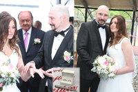 """Svatba Bohuše Matuše (47) a jeho """"mazlivky """" Lucinky (18): Růžová pohádka! Pár hostů včetně bosse Janečka"""