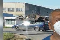 Slovák Peter převážel na střeše auta vrak jiného vozu: Policajti se smáli, tvrdí