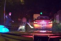 Divoká honička Prahou: Řidič BMW se hnal na červenou i v protisměru, pak přelezl dozadu a tvrdil, že neřídil