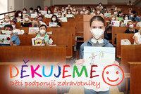 Dojemná fotka! Děti obrázky a dárky děkovaly sestřičkám v pražské nemocnici