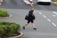 Drzý zloděj ukradl z aut notebooky a mobil, pak se s nimi promenádoval! Hledá ho policie