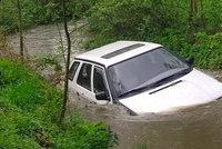 Důchodkyně chtěla autem přejet rozvodněný potok u Rokycan: Strhl ji silný proud