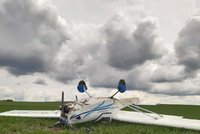 Na Blanensku se převrátilo letadlo: Pilot (59) vyvázl bez újmy, jeho pasažér (71) se lehce zranil