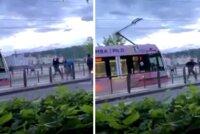 Šokující video z útoku v centru Prahy: Muž (39) se rozběhl proti klukům a bodal! Obvinili ho z pokusu o vraždu