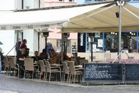 Praha 2 odpustí restauracím nájem za předzahrádky. Přidal se i magistrát