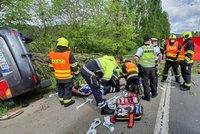 Auto v Chuchli vylétlo ze silnice: Dva muži zemřeli! Čumilové si tragédii natáčeli, dostali pokuty