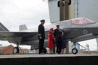 Rušno na letadlové lodi: Alžběta II. rozdávala úsměvy, Boris Johnson sedl do stíhačky