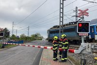 Záhada na přejezdu v Uhříněvsi: Vlak srazil člověka! znělo oznámení. Zraněného nenašli