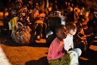 Zoufalé rodiny pátrají po dětech, které se ztratily při erupci sopky. Vulkán hrozí dál
