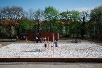 Místo zanedbaného parkoviště nové místo pro sport: Vedle sokola v Riegrových sadech si lze zahrát beach i ping-pong