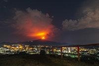 """Etna opět chrlí lávu: Sicilská sopka o sobě dala vědět """"malými záchvaty"""""""