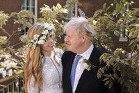 První fotky z Johnsonovy tajné svatby: Bosá nevěsta s věncem na hlavě a šaty za 85 tisíc