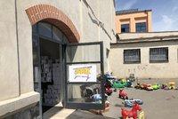 Charitativní Šatník pro single rodiče se otevřel v Pražské tržnici. Hala č.13 nabízí oblečení, kosmetiku i hračky