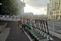 Koloběžky válející se po ulicích rozčilují Pražany. Na Žižkově jim vyhradili parkovací místa