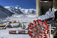 Nebezpečnou mutaci rozvezli horolezci z Mount Everestu. Prymula: Lépe se šíří vzduchem