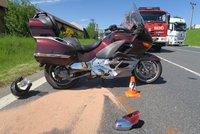 Jela k benzínce, přehlédla motocykl: S těžkými zraněními jej odvážel vrtulník