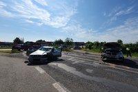 Vážná nehoda v Dobřejovicích u Prahy: Dvě auta se srazila, pro zraněného letěl vrtulník