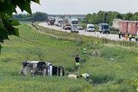 Muž a dítě nepřežili nehodu na D11, dalších 5 lidí se zranilo: Záchranářům na místě pomáhala i obětavá žena