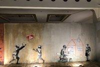 """""""Banksy"""" se po roce vrátil do Prahy: Jeho díla splynula s kostelem u Staroměstského náměstí"""