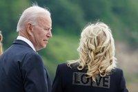 """Biden slíbil 500 milionů vakcín chudším zemím. Jeho Jill zatím oblažovala """"láskou"""" další muže"""