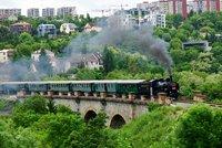 Historické vlaky jsou zpět: Souprava tažená parní lokomotivou svezla lidi po Pražském semmeringu