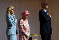 Alžběta II. pozvala po summitu G7 Bidenovy na čaj. Oblékla růžové šaty, Jill blankytný kostým