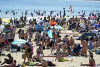Přeplněné pláže covidu navzdory. Vlna veder zasáhla nejen Česko, hlava na hlavě na západě Evropy