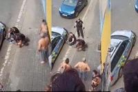 Drsný zásah policie a pak smrt! Děsivé video z Teplic vyvolalo zděšení