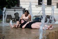 Na ulici jen v trenkách: Lidé chodí venku napůl nazí, po pandemii odhazují zábrany