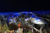 Řidič v obrovském SUV ujížděl strážníkům: Za Unhoští narazil čelně do stromu
