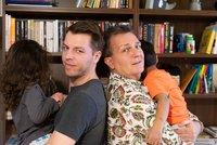 Gay pár má děti v pěstounské péči: Dvě třetiny Čechů jim fandí, dočasných rodičů je málo