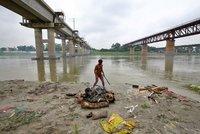 Hororový obraz z Indie: Posvátná Ganga vyplavila další desítky obětí koronaviru