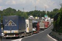 Nehoda dvou náklaďáků a pěti aut: Zablokovala dálnici D1!
