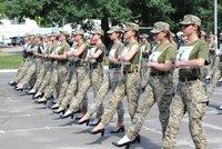"""Vysoké podpatky jako jediná """"zbraň"""". Ukrajinské plány na přehlídku vojákyň vyvolaly bouři"""