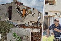 Důchodci Vlkovi z Lužic po tornádu nemají střechu nad hlavou: Potřebují pomoc, dům sami neopraví