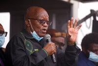 """""""Lidský štít"""" bránil zatčení exprezidenta. Zumovi příznivci shromáždili před jeho domem"""