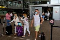 Letadlem na dovolenou jedině s rouškou. Proč aerolinky odmítají uvolnit nařízení zakrývání nosu a úst