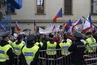 Koronavirus ONLINE: Odpůrci opatření před Sněmovnou útočili na policii. A čtvrtá vlna se blíží?