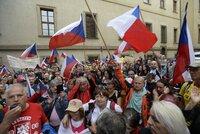 Koronavirus ONLINE: Protest odpůrců opatření před Sněmovnou. A nová varování před 4. vlnou