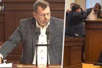 Poslance Volného vyvedli ze sněmovního sálu. Mlčel, nechtěl se hnout a pak vytrhl mikrofon