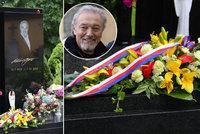 Gottův hrob se v den nedožitých 82. narozenin plní květinami: První pugét přišel z Hradu!