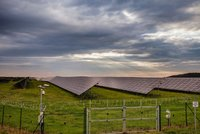 Solárním elektrárnám končí zlaté časy. Přijdou o podporu a zvýší se jim daně, kývli poslanci