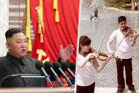 Kim Čong-Un si k sobě zřejmě nastěhoval oblíbenou kapelu. V luxusních palácích natáčí klipy