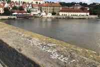 Karlův most se stal opět terčem vandalů! Neznámý pachatel posprejoval zábradlí u sochy sv. Jana Křtitele