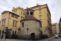Smutný pohled na zanedbanou rotundu v centru Prahy: Z její střechy vyrůstá strom! Město slíbilo, že ji opraví