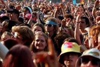 Hlava na hlavě a žádné roušky: Mládež v Anglii si užívá rozvolnění, sílící epidemii neřeší