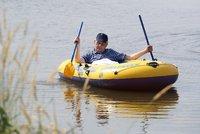 Zeman dodržel dovolenkovou tradici a vyrazil na rybník. Do člunu mu pomáhala ochranka