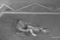 Hyena okradla invalidní ženu: Muž jí sebral speciální tříkolku a odjel. Policisté po něm pátrají